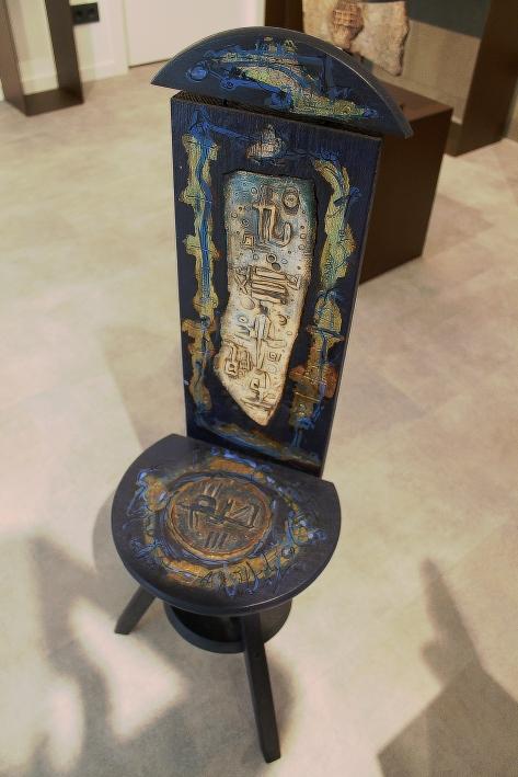 """Silla azul"" Técnica mixta: madera, gres, hojilla de oro."