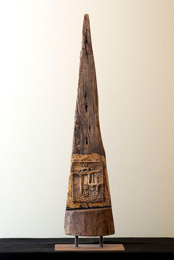 """""""Péndulo"""" Técnica mixta: madera, gres y hojilla de oro. Foto: Masco."""